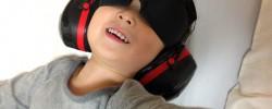 耳をふさぎ目隠しをすると眠れる、不眠症対策