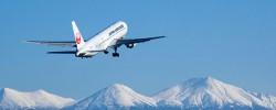 旭川空港と雪山の十勝連峰